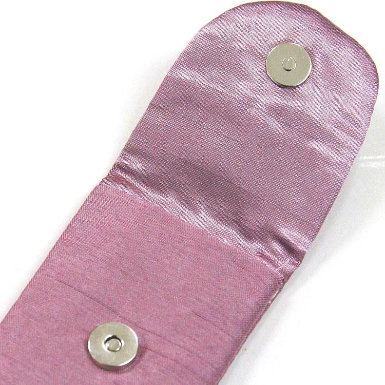 扇子袋の裏地は光沢のあるサテン生地で、開閉しやすいマグネットボタン付きです。