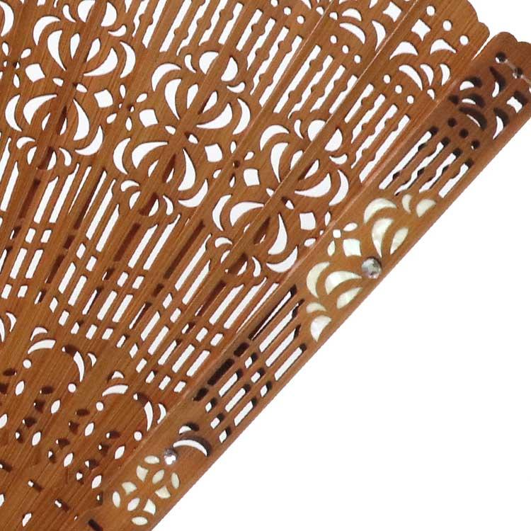 光沢が美しい螺鈿装飾とスワロフスキーを組み合わせた高級感のある親骨。