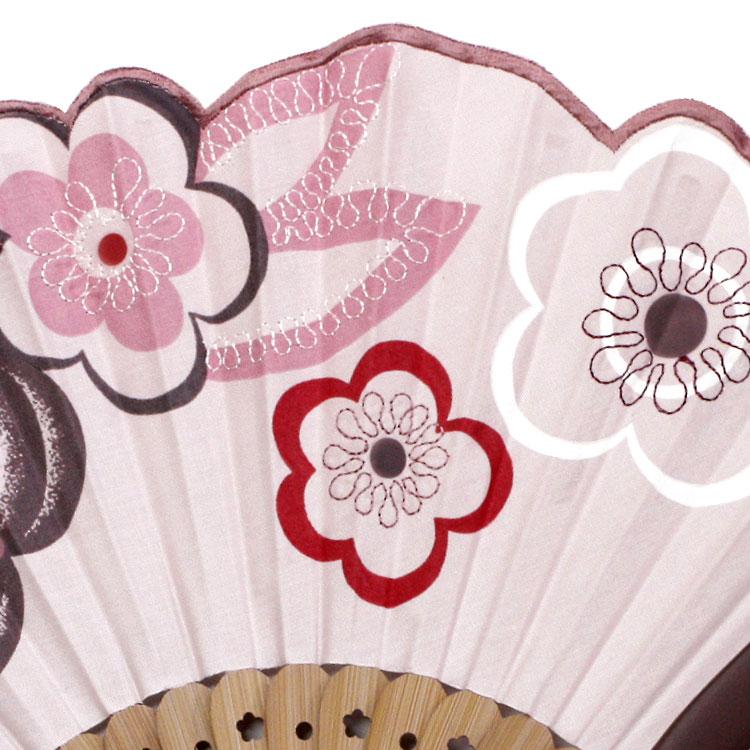 扇面はお花のプリントと曲線が美しい刺繍がされています。
