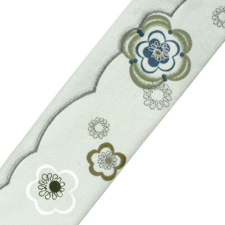 扇子袋には縁取りと花模様の刺繍がされています。