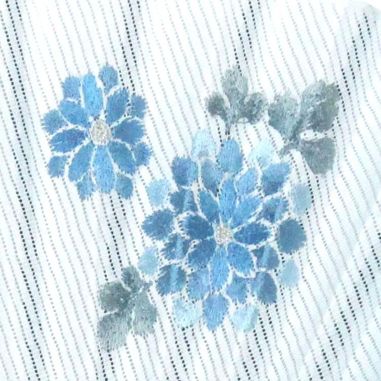 扇面には立体感のある細やかな刺繍が施されています。