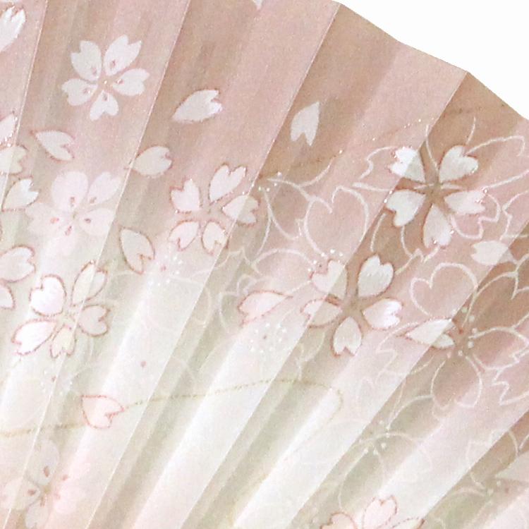 グラデーションの上には、扇面いっぱいに繊細な桜がデザインされています。