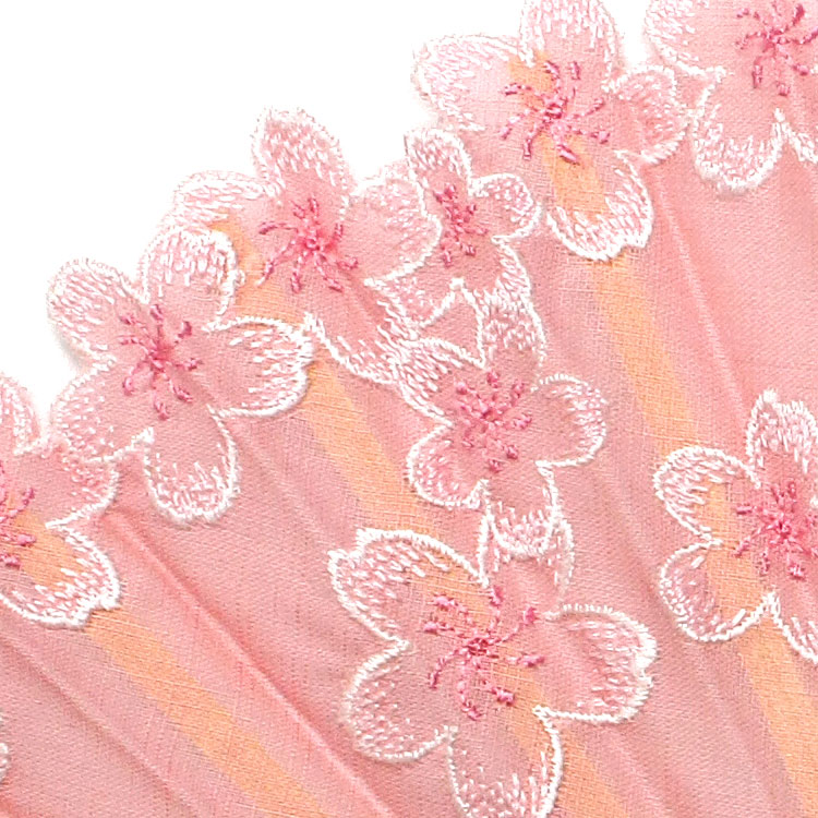 扇面には、はんなりやさしい桜の刺繍