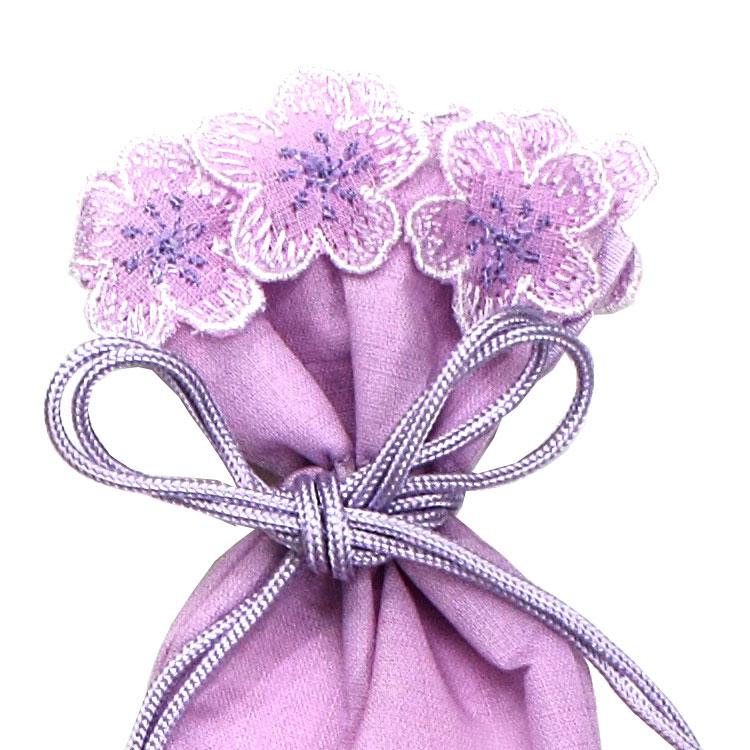 縁に桜の刺繍を施した、巾着型の扇子袋。