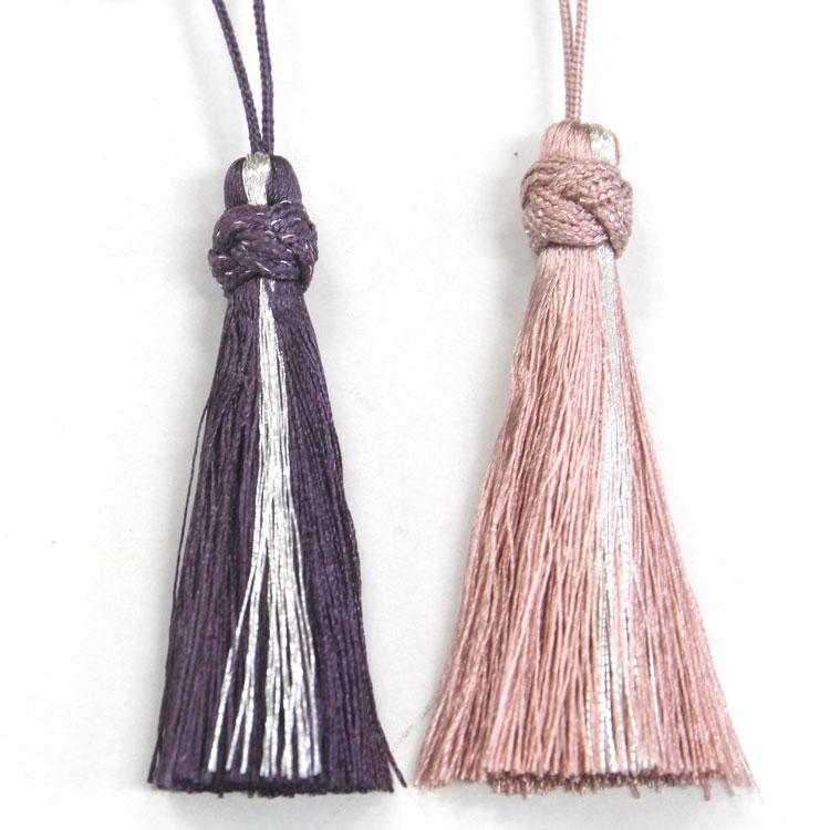 チャームは銀糸をアクセントにした正絹のタッセル。