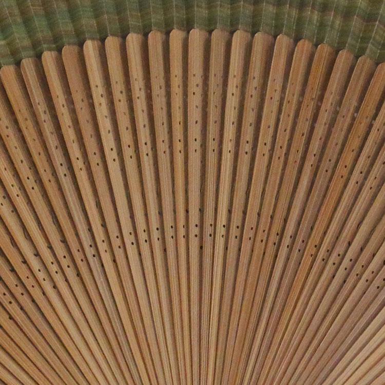 扇骨は全部で六十枚(六十間)あり、竹がよくしなり柔らかな風を送ります。