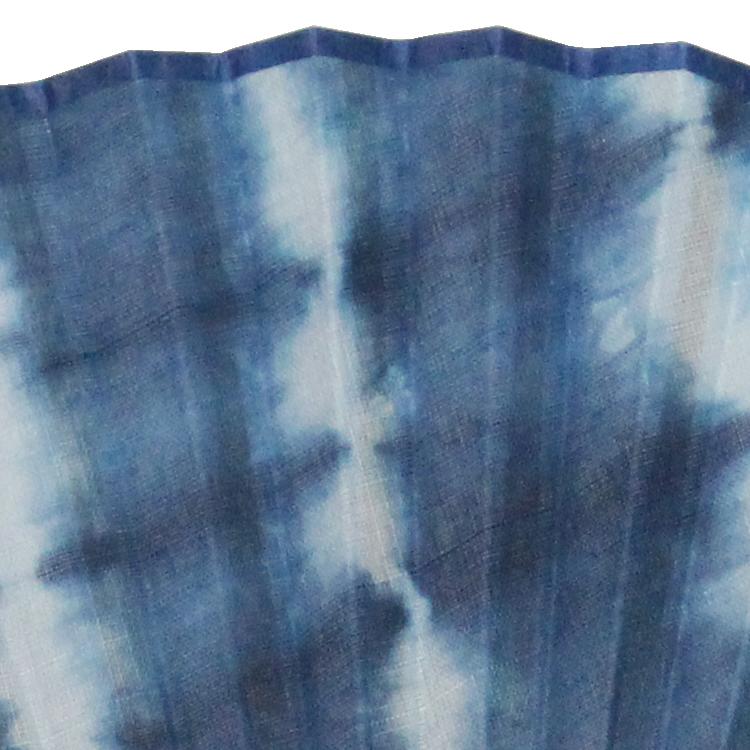 『本藍染』は化学薬品を一切使用せず天然素材のみで染める為藍本来の深みある色合いに。