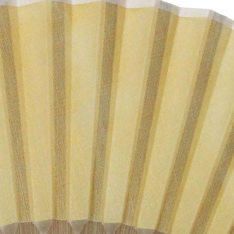 『ざくろ染め』…ざくろの果皮を乾燥させて、煎じ出した濃液で染め、アルミ媒染する事で、淡い黄色に仕上げました。