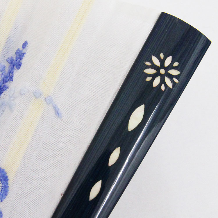 艶やかな塗りの親骨には、高級感のある螺鈿(らでん)装飾が施されています。