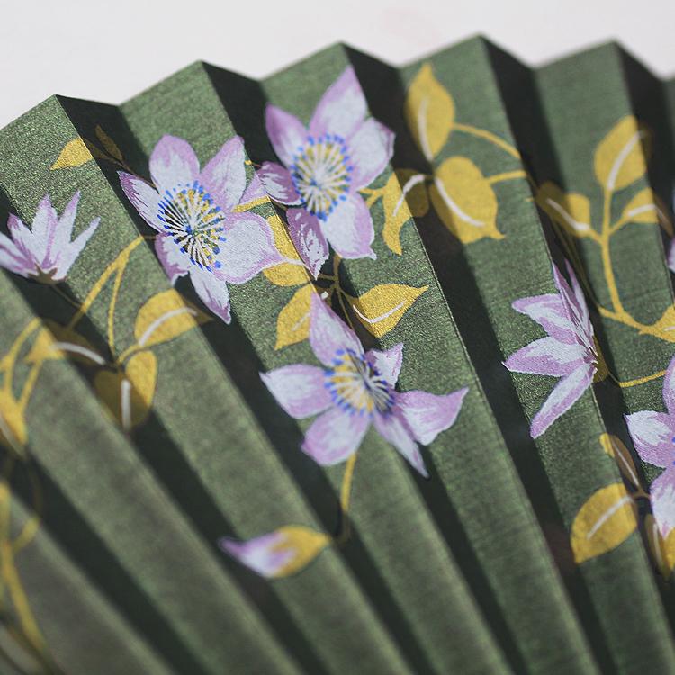 パール引きの光沢が美しい扇面にシックな花が施されています。