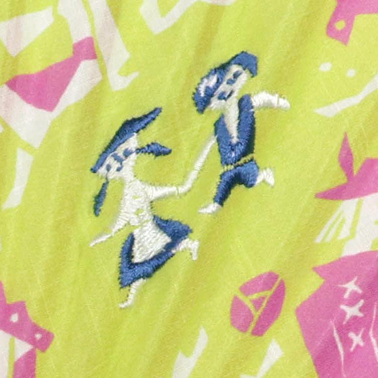 カラフルな扇面にはワンポイントで刺繍が施されています。