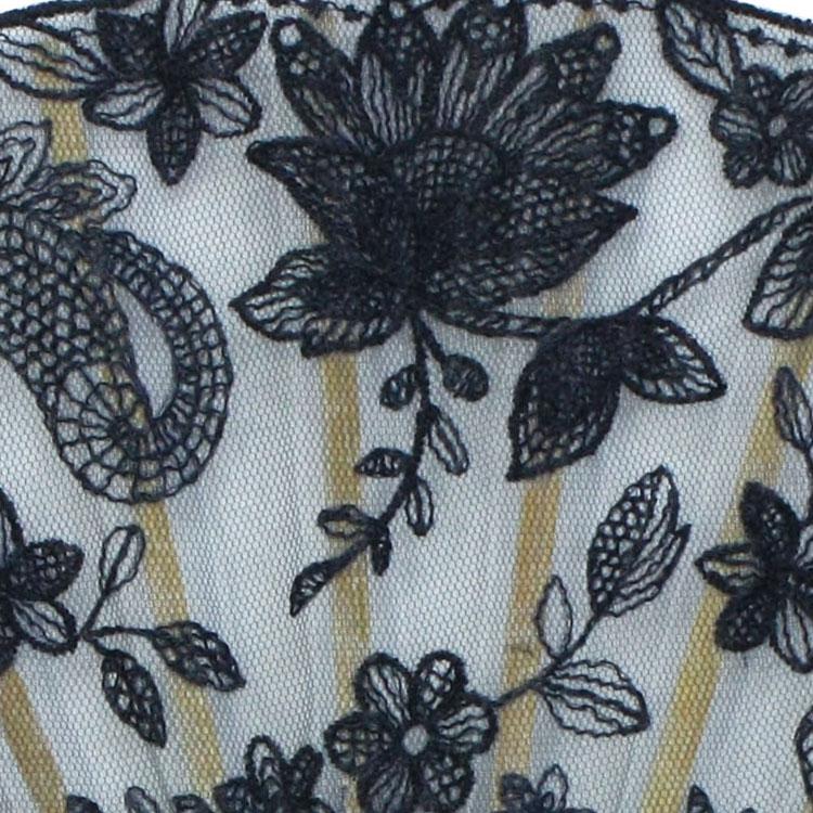パウダーブルーとシャンパンゴールドはやさしい印象の花の刺繍で、ローヤルネイビーとグラースブラックはエレガントな花の刺繍です 。※写真はネイビー