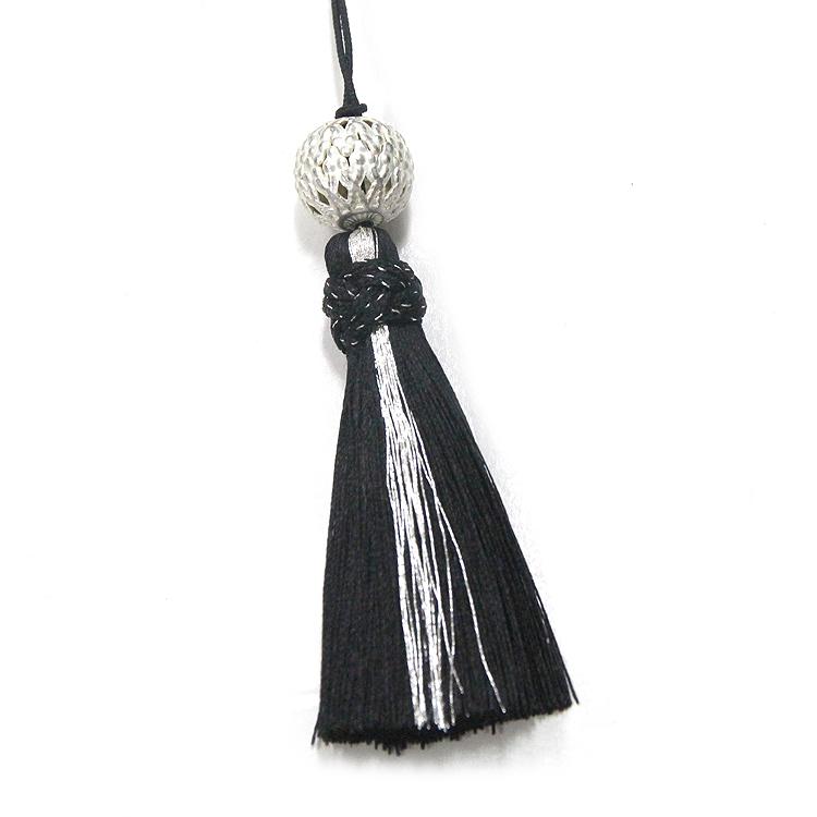 シルバーの透かしパーツと銀糸をあしらった正絹のタッセルです。