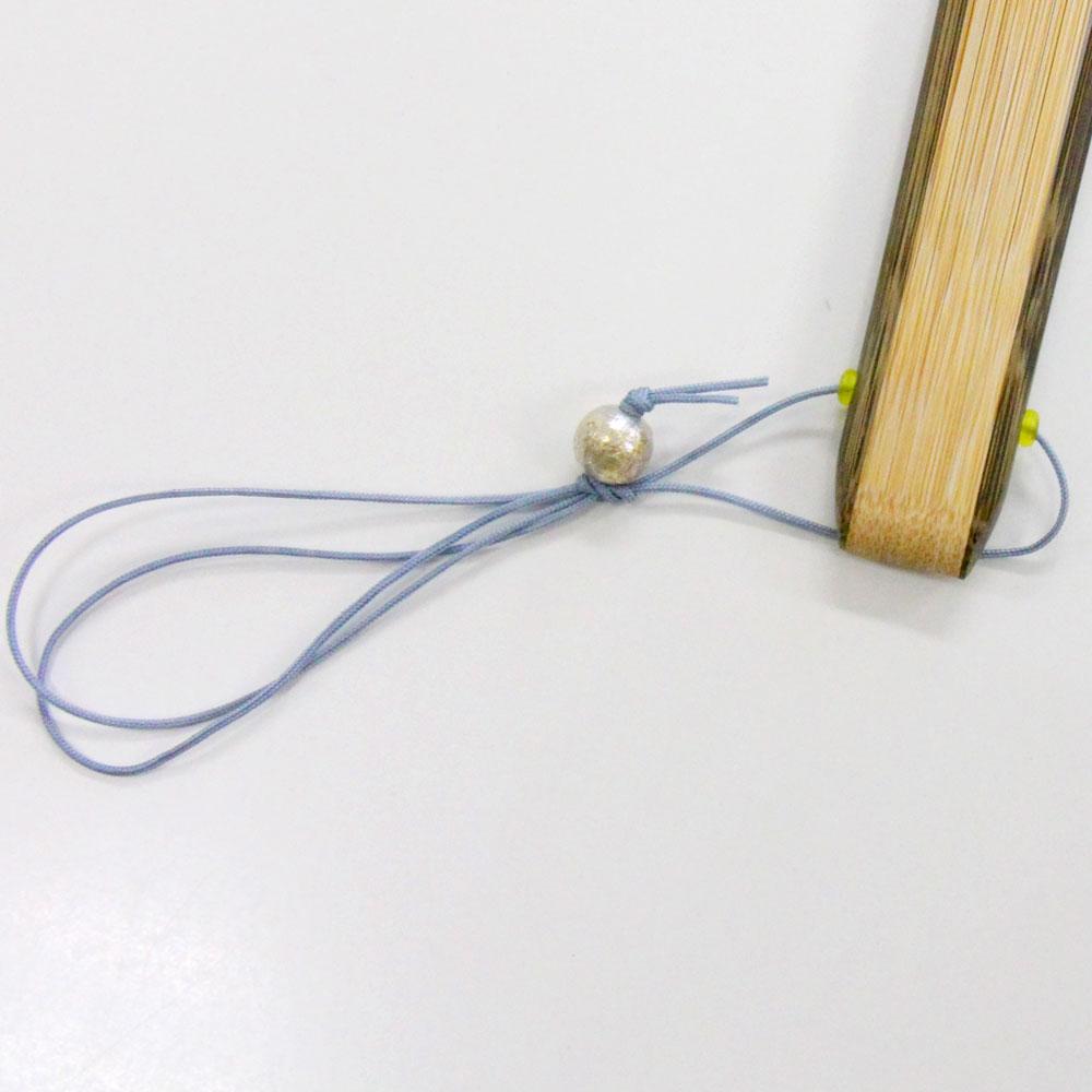 扇面の色に合わせた上品な 紐通しです。