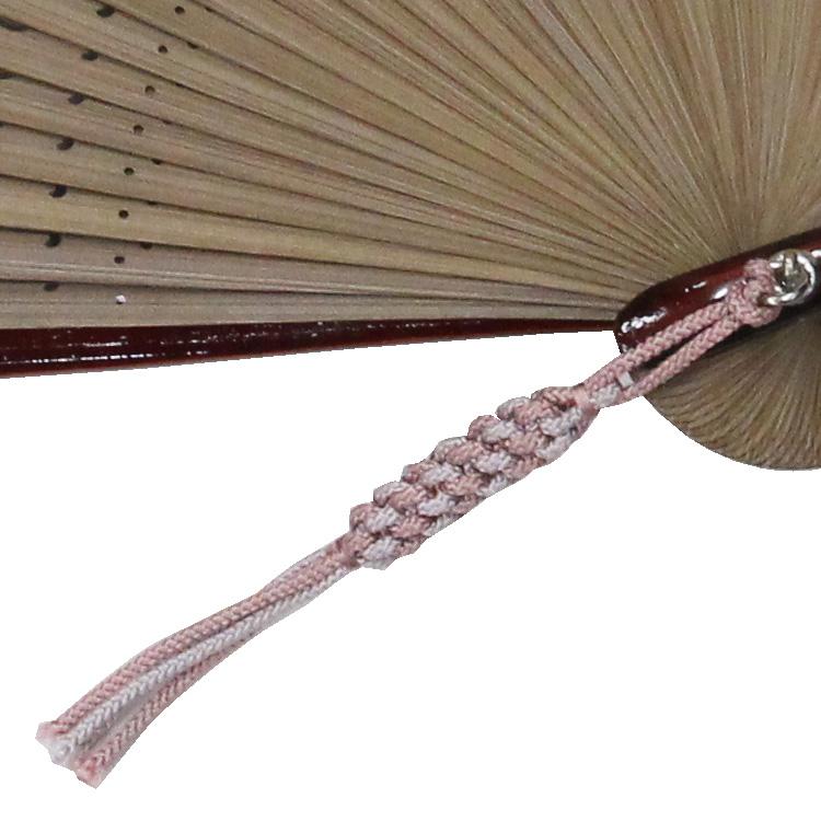 扇面の色に合わせた正絹の京組紐が付いています。
