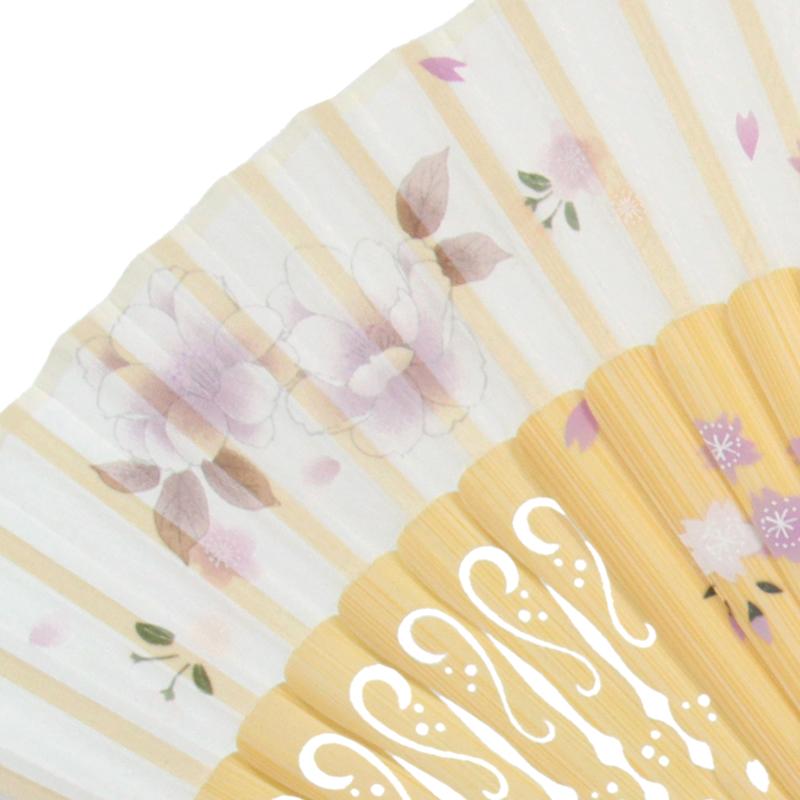 扇面のシルクにはグラデーションが美しい牡丹のプリント。