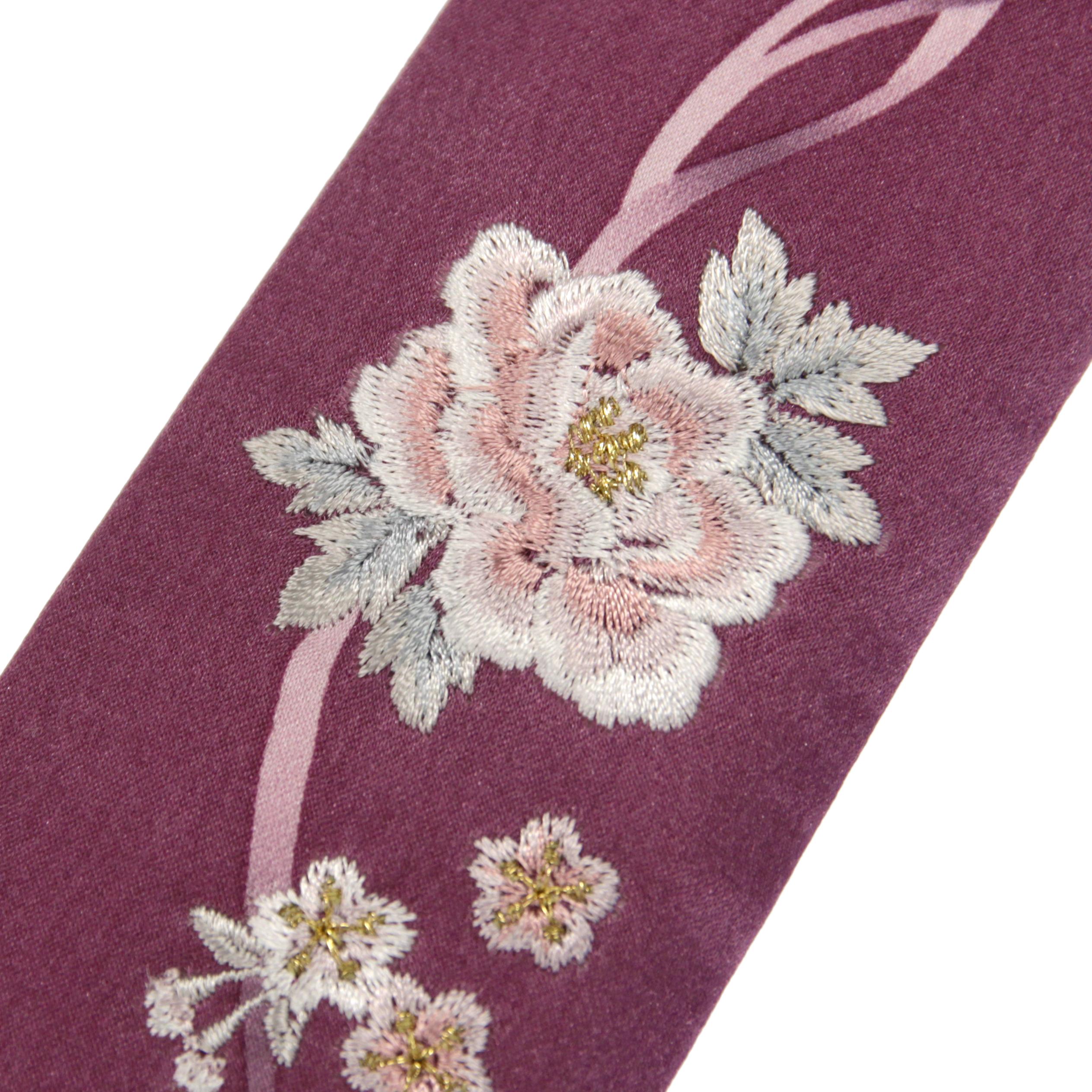 扇子袋には立体感のある牡丹の刺繍。