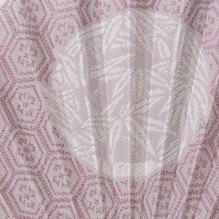 桜鼠色は「亀甲紋」、青藤色は「花菱紋」を紗の西陣織で表現いたしました。