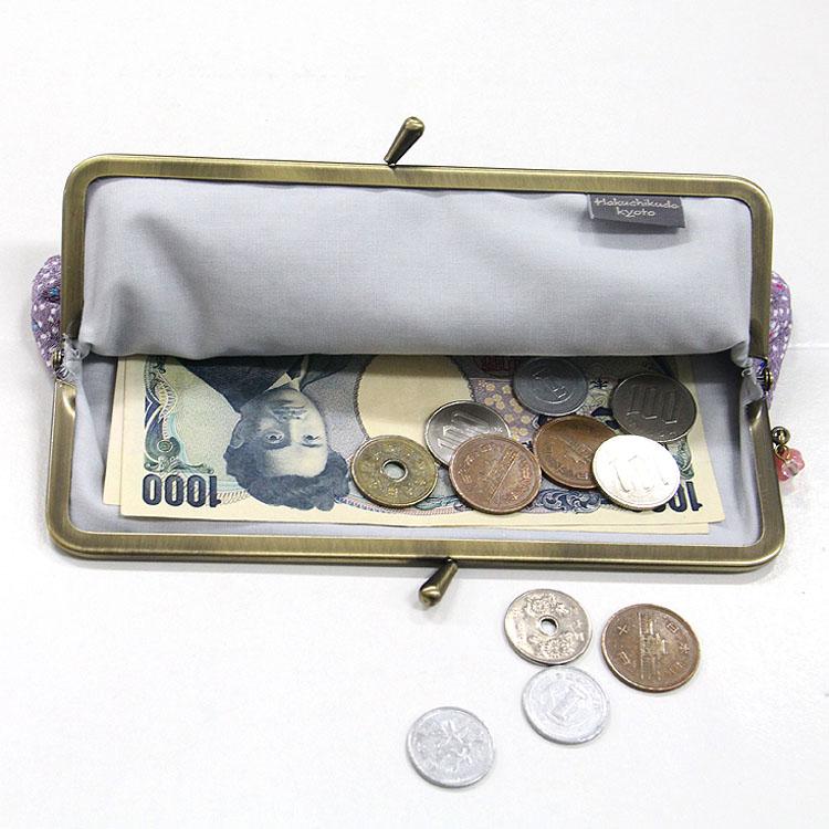 紙幣も折りたたまずに入れる事が出来るので、お財布としても便利。