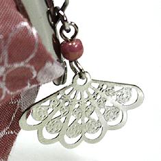 チャームは白竹堂のシンボルでもある扇子の形です。