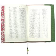 文庫本をセットした状態。しっかりとした厚みの生地で大切な本を守ります。