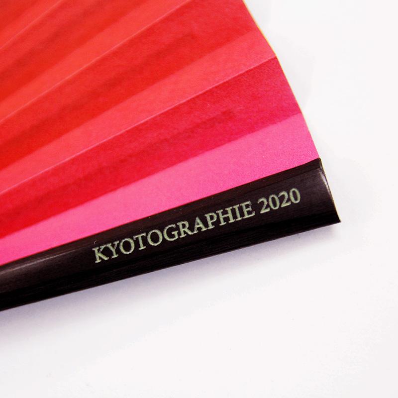 表面の親骨には「KYOTOGRAPHIE2020」の刻印が施されています。